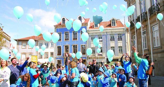 Balões azuis alertam para problemática do autismo (DA)
