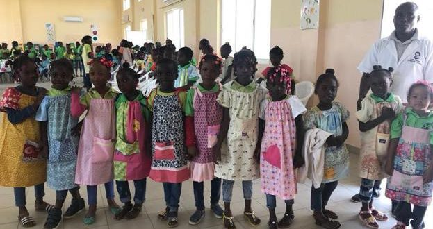 Meninas angolanas felizes com vestidos feitos na Murtosa